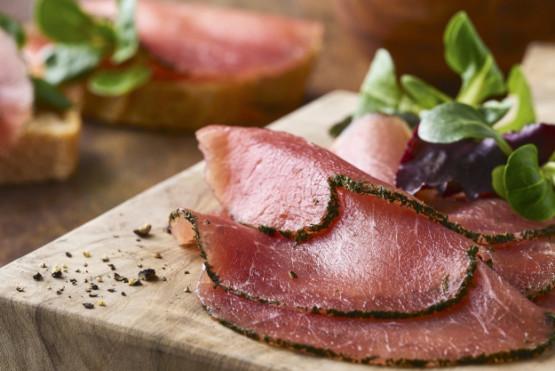Carnes curadas y embutidos fermentados con impecable apariencia y un toque auténtico